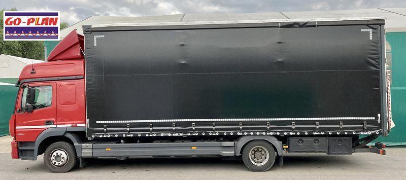 Ciemna plandeka samochodu ciężarowego