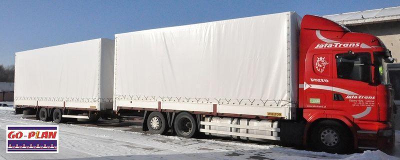 Białe plandeki na ciężarówce i przyczepie