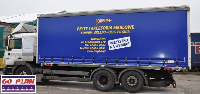 Niebieska plandeka na samochodzie ciężarowym