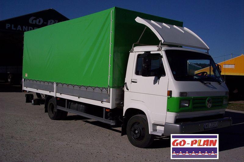 Zielona plandeka na samochodzie ciężarowym